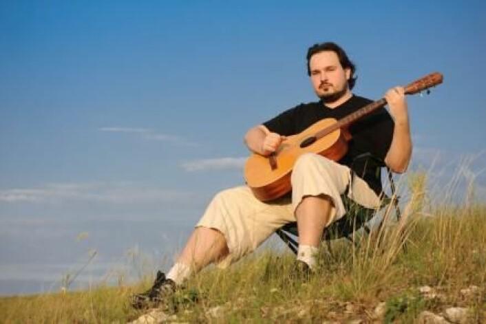 Å sitte i naturen med en gitar, uten å trenge frykte en ond diktator eller ordre om å bruke spesielle klær; Det er frihet! Det er så perfekt at de skal spres vidt og bredt – eller hva? Svensk forsker mener at den holdningen faktisk kan gjøre oss intolerante. (Foto: Colourbox)