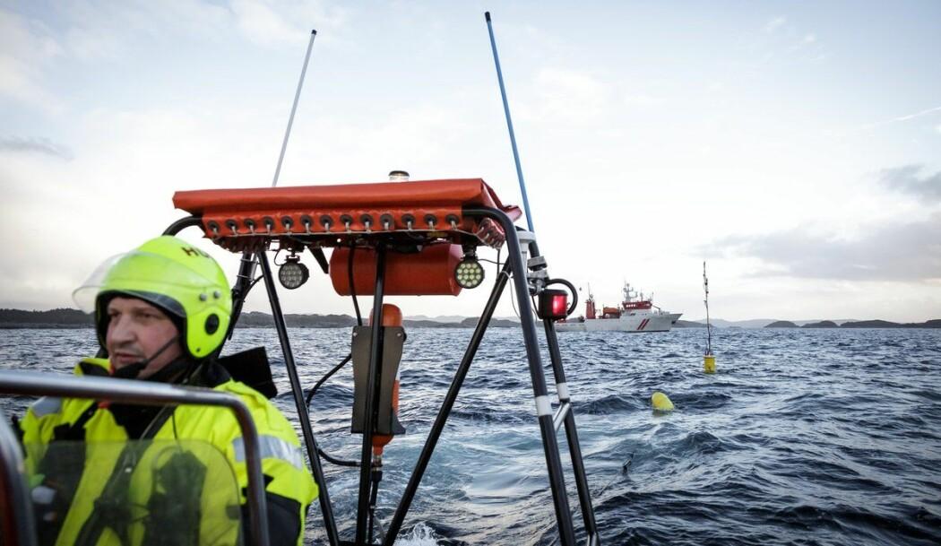 """Matros Kenneth Neergård tauar """"mikrofonen"""" som måler støynivået torsken blir utsett for."""