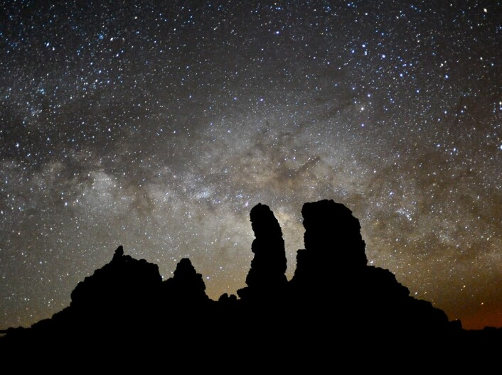 Båndet vi ser i bakgrunnen er melkeveien, vår egen galakse. Bildet er tatt fra et observatorie på Kanariøyene. (Foto: Håkon Dahle)