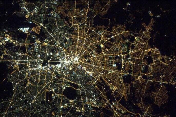 Til venstre kan du se hvit lys fra tidligere Vest-Berlin og på høyre kan du se gult lys fra tidligere Øst-Berlin.