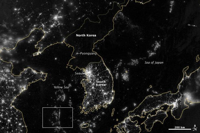 Forskjellen mellom Nord-Korea og resten av landene kan veldig lett ses på sattelittbilder. Landegrensene er gule sånn at du kan se de forskjellige landene. Hvis ikke så kunne man tro at mye av Nord-Korea var hav.