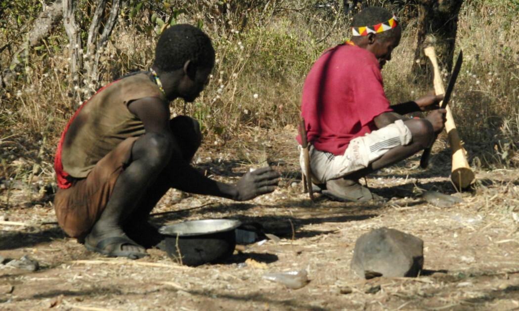 Er det spesielt helsebringende å sitte på huk? Disse to personene fra Hadza-folket i Tanzania hviler på en annerledes måte enn vi er vant med.