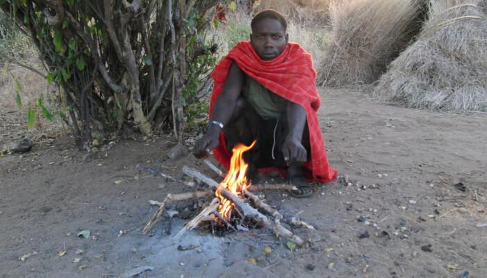 Et annet eksempel på en fra Hadza-folket som hviler på huk.