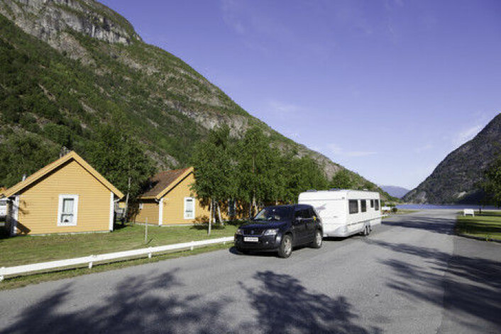 Bil med campinvogn på vei til Lærdal i Sogn og Fjordane. (Foto: Colourbox)