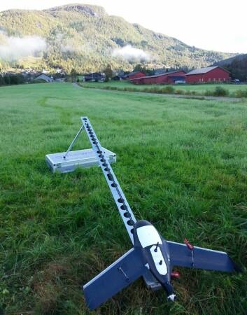 Ubemannede luftbårne systemer, slik som denne Gatewing X100, hjelper skogbruket å få tak i den hogstmodne skogen i det bratte vestlandsterrenget. (Foto: Tor Peder Lohne/Skog og landskap)