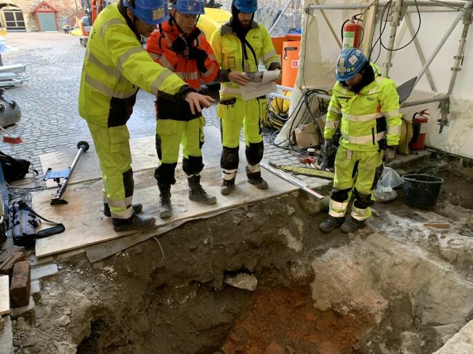 NIKUs arkeologer vurderer murrestene opp mot gamle tegninger og kart.