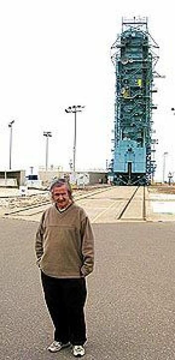 Francis Everitt foran raketten med Gravity Probe B på Vandenberg Air Force Base, California.
