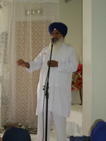 """""""Messing av hymner er viktig i sikhismens gudstjeneste. Bilde fra Gurdwaraen i Oslo."""""""
