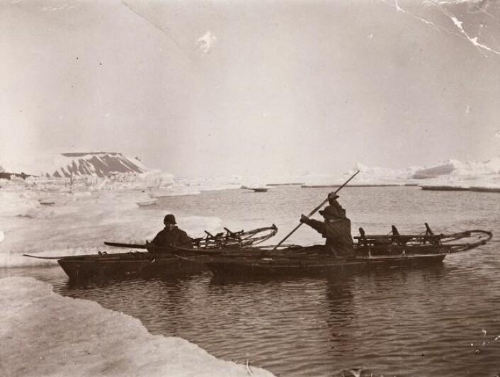 Fridtjof Nansen og Hjalmar Johansen padler i isen. Bildet er tatt i juli 1896 i Frans Josefs Land, Russland. (Foto: Nasjonalbiblioteket)