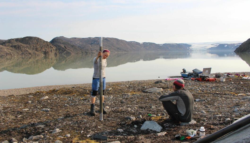 Sofia Kjellman i et øde område på Svalbard som i praksis bare kan nås med helikopter. Noen ganger er det nødvendig å fly. Men ikke alltid.