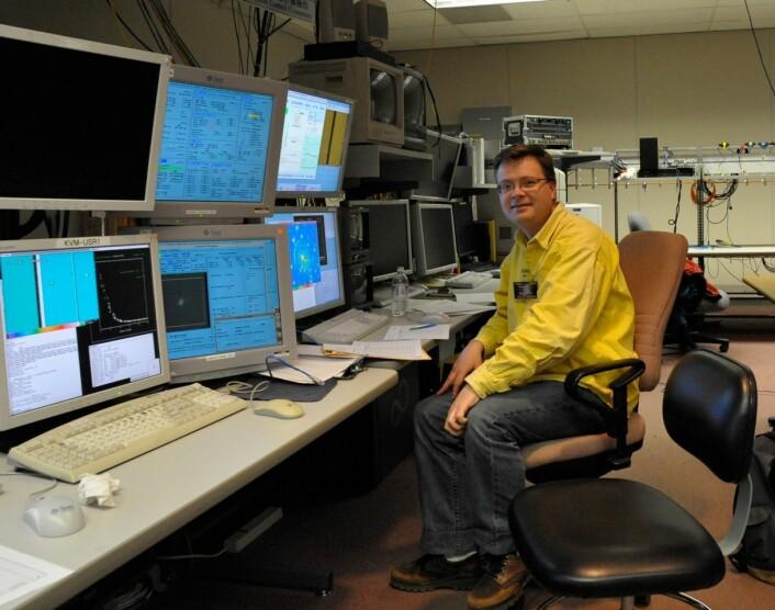 En astronom tilbringer mer tid med øyene rettet mot PC-skjermer enn mot stjernene, forteller Håkon Dahle. (Foto: Privat)
