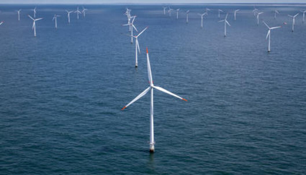 Foreløpig bygges offshore-vindmøllene på grunt vann. Når de kommer lenger ut fra land, må de bygges flytende, og da vil rotoren bevege seg som følge av vinden, samtidig som hele tårnet beveger seg med bølgene. (Illustrasjonsfoto: Colourbox)