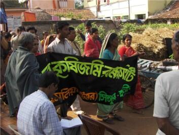 Kvinner går ofte først i indiske demonstrasjonstog. (Foto: Kenneth Bo Nielsen)