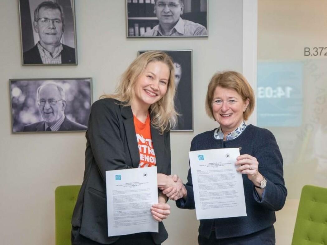 Liv Brandvoll (t.v.) og Anne Husebekk har signert en samarbeidsavtale om entreprenørskap.