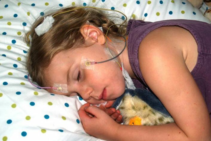Et barn sover i søvnlaboratoriet. Elektrodene festet til ansiktet og hodet måler søvnen slik at forskerne kan se etter sammenhenger mellom søvnkvalitet og læring. (Foto: Rebecca Spencer)