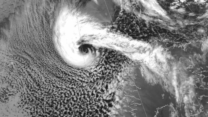 Satellittbilde av et polart lavtrykk på vei mot Nord-Norge. I likhet med tropiske sykloner kan våre sykloner også ha et «øye» i sentrum. (Foto: NOAA/met.no)