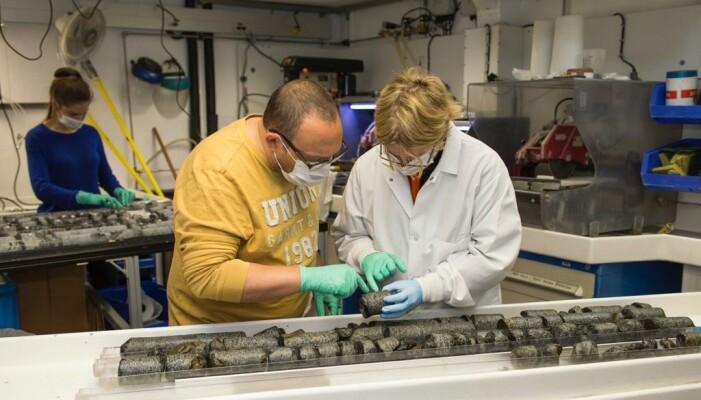 Benoit Ildefonse og Virginia Edgcomb undersøker borekjerner som er hentet opp fra havbunnen i Indiahavet.
