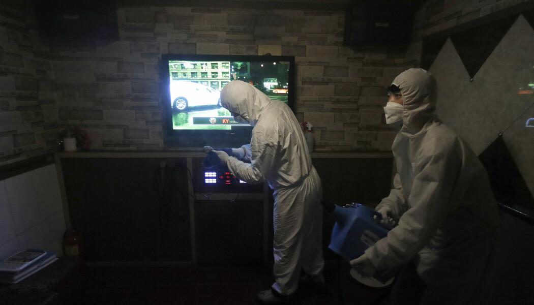 Desinfisering av en karaoke-bås i Sør-Korea på grunn av koronaviruset. Bilde er fra fredag 13. mars.