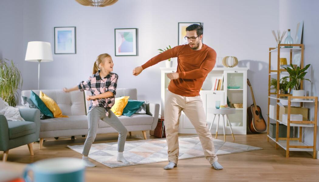 Elevene kan for eksempel få i oppgave å velge seg ut en dans fra YouTube, som de skal øve på, og eventuelt sende til læreren. Dette kan gjøres sammen med søsken og foreldre slik at hele familien holder seg i morsom aktivitet.