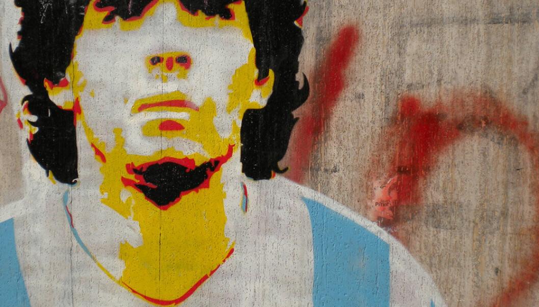 Diego Maradona var åttitallets fotballkonge. Her foreviget på en vegg i Buenos Aires. Cadaverexquisito/Wikimedia Commons