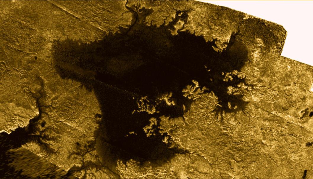 Innsjøen Ligeia Mare er fylt av metan, etan og oppløst nitrogen. Den ser ut til å ha vært et fredelig sted igjennom titan-vinteren, da temperaturene har hold seg rundt 183 minusgrader. I juli 2013 dukket det imidlertid opp endringer. Forskerne forventer at det skal skje flere forandringer i innsjøen fram mot sommersolvervet i 2017. Bildet, tatt av romsonden Cassini, er fargelagt. NASA/JPL-Caltech/ASI/Cornell