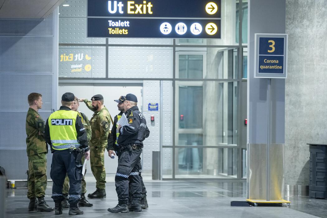 Politiet og og Forsvaret på Gardermoen. De tar i mot utenlandske reisende som ankommer Norge fra land utenfor Norden. Disse vil bli satt i karatene eller sendt tilbake dit de kom fra.