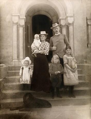 Familieportrett av familien Nansen hjemme på Polhøgda i 1902. Fra venstre: Irmelin, Odd på armen, Eva Nansen, Kåre, Fridtjof Nansen og Liv. (Foto: L. Szacinski/ Nasjonalbiblioteket)