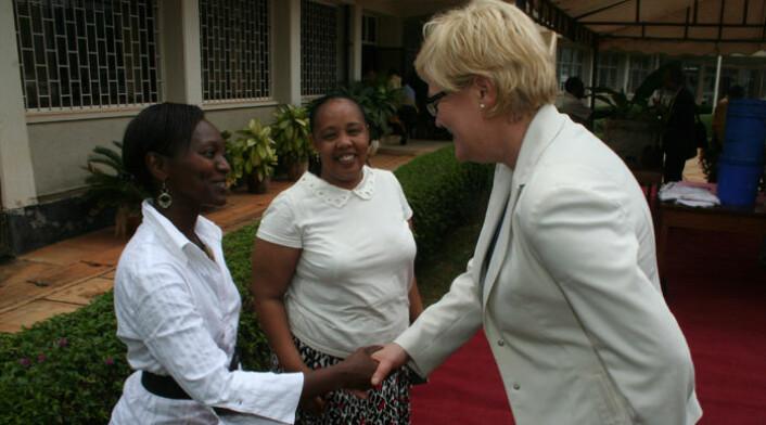 Kunnskapsminister Kristin Halvorsen (t.h.) hilser på Nyambilila Amuri (t.v.) ved Sokoine University of Agriculture i Tanzania. I midten Felister Mombo. Amuri fikk NORAD-støtte til sin mastergrad, mens Mombo studerte i Norge. (Foto: Asle Rønning)