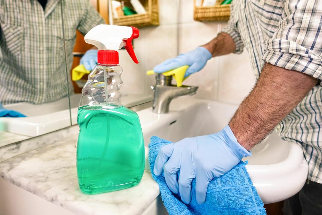 Har man mulighet til det, bør de som er smittet, bruke separat bad og toalett, ifølge Folkehehelsinstituttet.