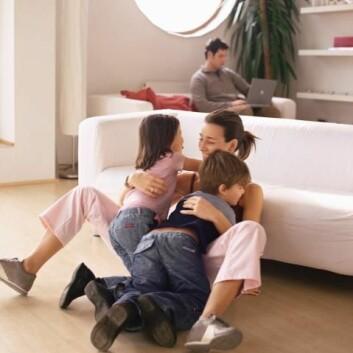 Småbarnsfedre jobber mye overtid, mens mange mødre jobber deltid. (Illustrasjonsfoto: www.colourbox.no)