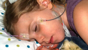 Et barn sover i søvnlaboratoriet. Elektrodene festet til ansiktet og hodet måler søvnen slik at forskerne kan se etter sammenhenger mellom søvnkvalitet og læring. Rebecca Spencer