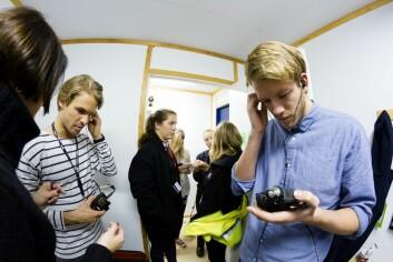 Stille før stormen: UKE-funksjonærene Magne Mellem, Anna Vederhus og Ole Kristian Knudsen utstyres med mikrofoner og avlesningsutstyr før konserten. (Foto: Thor Nielsen/Sintef)