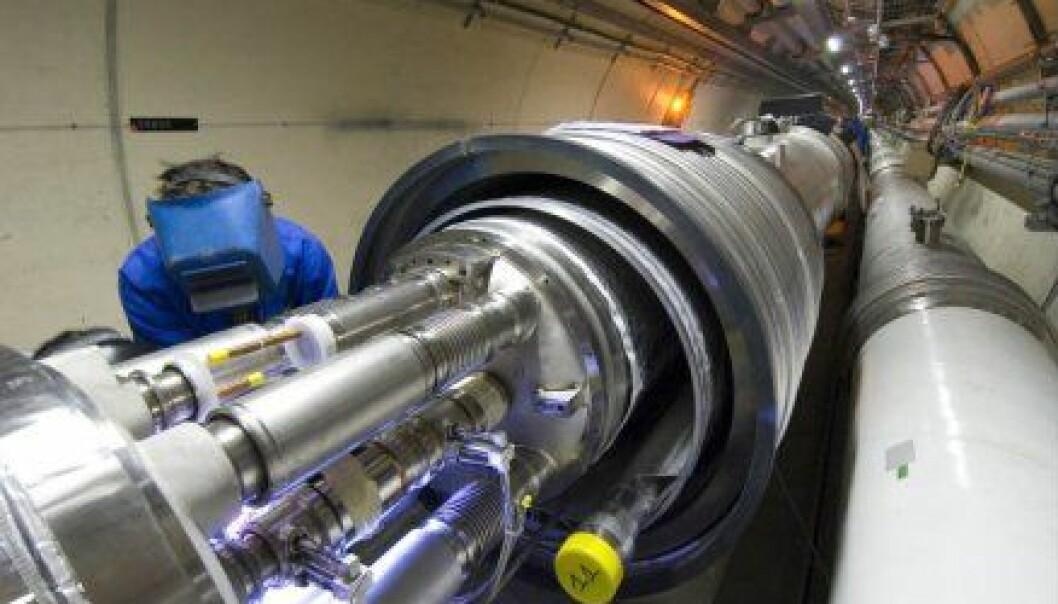 """""""Dette er tunnelen hvor partikler skal akselereres til tilnærmet lyshastighet før de kolliderer med hverandre, og muligens produsere sorte hull. Kollisjonene kan også skape mange andre fenomener."""""""