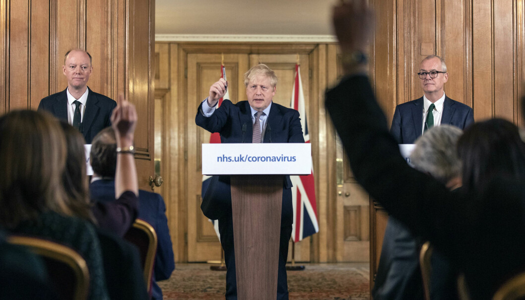 Statsminister Boris Johnson under en pressekonferanse i London om nye virustiltak mandag.