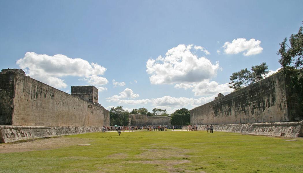 Dette er den store ballarenaen ved Maya-stedet Chichen Itza i Mexico. Den er mye større enn de nye banene som er funnet, og stammer fra en langt nyere tidsperiode