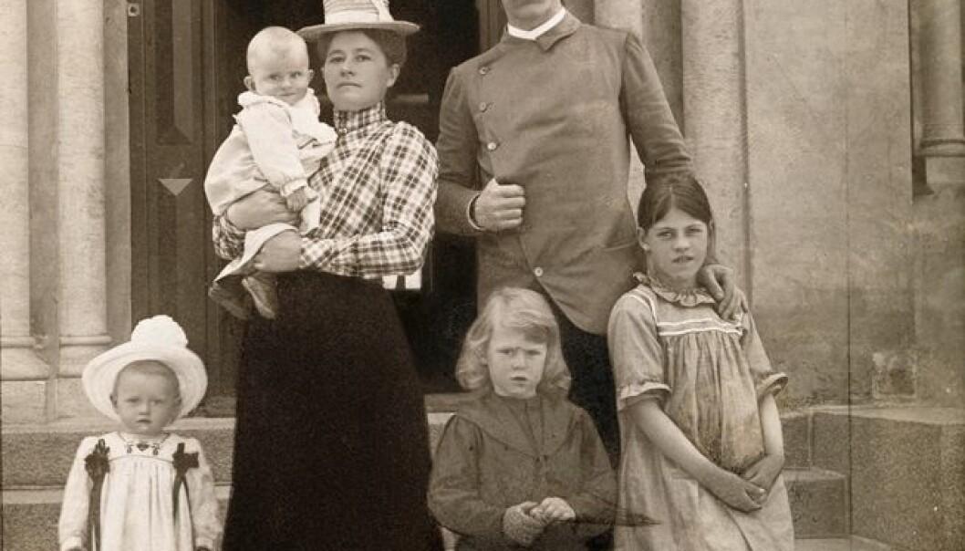 Familieportrett av familien Nansen hjemme på Polhøgda i 1902. Fra venstre: Irmelin, Odd på armen, Eva Nansen, Kåre, Fridtjof Nansen og Liv. L. Szacinski/ Nasjonalbiblioteket