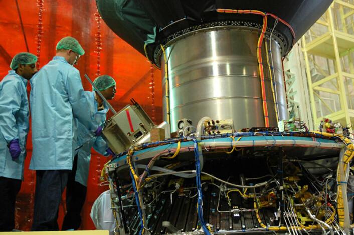 AISSat-1 inspiseres før oppskytning fra Satish Dhawan Space Centre i India 12. juli 2010. (Foto: ESA/Norsk romsenter)