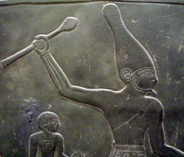 Avbildning av farao med den hvite kronen, som symboliserer makt over Øvre Egypt. Kronen har form som en kjegle eller et kremmerhus plassert opp ned og var farget hvit. Detalj fra den såkalte Narmer Palette som er ca hundre år yngre enn bergkunsten i Nag el-Hamdulab. (Foto: Wikipedia)