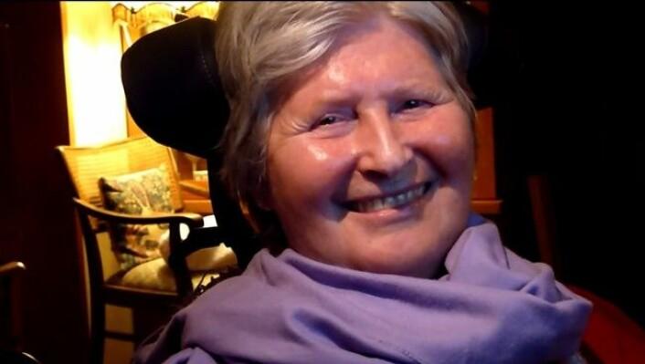 ALS-sjuke Heidi Pfützner får hjelp av teknologi til å lage bilete med hjernekraft. (Foto: YouTube, skjermdump)