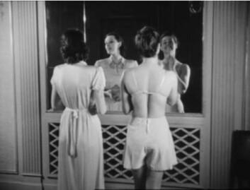 Av og til er kvinnen også et kjønnsobjekt, når kameraet dveler ved detaljer i klær og kropp under reportasjene fra høstens og vårens motevisninger. (Foto: Filmrevyen)