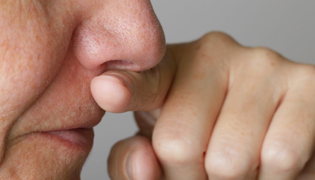 Koronavirus kan smitte gjennom munn og nese. Men å slutte å ta på ansiktet vårt er ekstremt krevende, ifølge forsker Martin Grunwald.