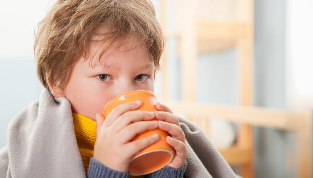 Når barn blir syke av koronaviruset, er symptomene de får ganske lik forkjølelse. De kan få feber og hoste.