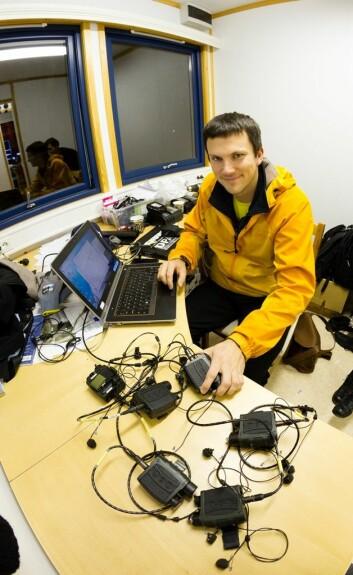 Tron Vedul Tronstad laster ned lyd-data fra etter konserten. (Foto: Thor Nielsen/Sintef)