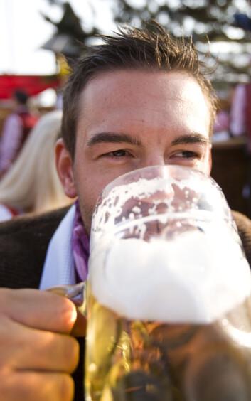 Det å drikke én eller to enheter alkohol om dagen forlenger livet. (Foto: Colourbox)