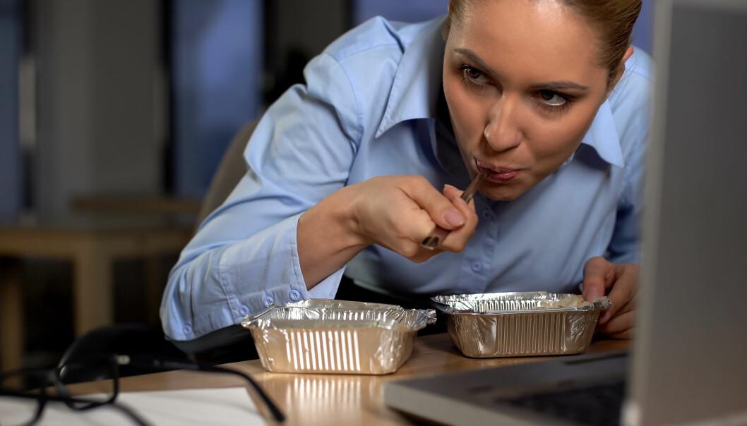 Unngå rask og dårlig mat. Gjør måltidet til en sosial fest for de hjemme og bruk god tid, er rådet fra ernæringsprofessor.