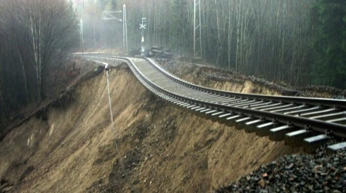 Mer nedbør kan blant annet føre til flere skred, slik som her på Sørlandsbanen. (Foto: Terje Bendiksby, Scanpix)