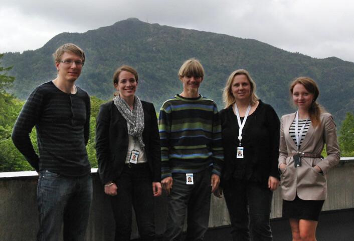 Forskergruppa for geotermisk energi på Christian Michelsen Research. Fra venstre: Knut-Erland Brun, Inga Berre, Jan Kocbach, Ranveig Bjørk, Anna Sandvin. I bakgrunnen fjellet Løvstakken. (Foto: Arnfinn Christensen)