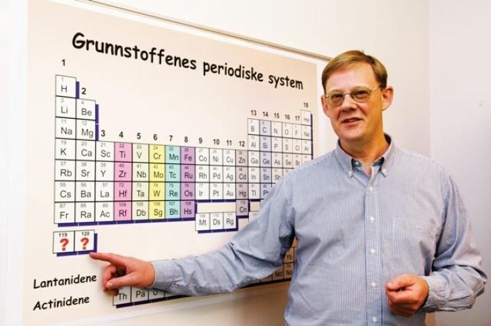 Professor Jon Petter Omtvedt håper å kunne utvide det periodiske system med grunnstoffene 119 og 120. (Foto: Yngve Vogt)