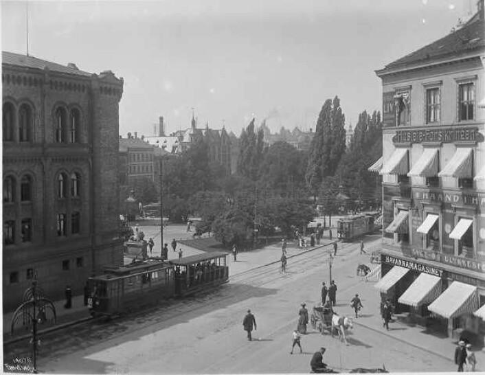 Hjørnet av Stortinget i 1912. (Foto: Wikimedia Commons)