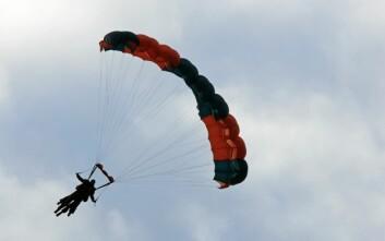 Tandemhopp i fallskjerm. (Foto: Jon Arne Dammen,NIH)